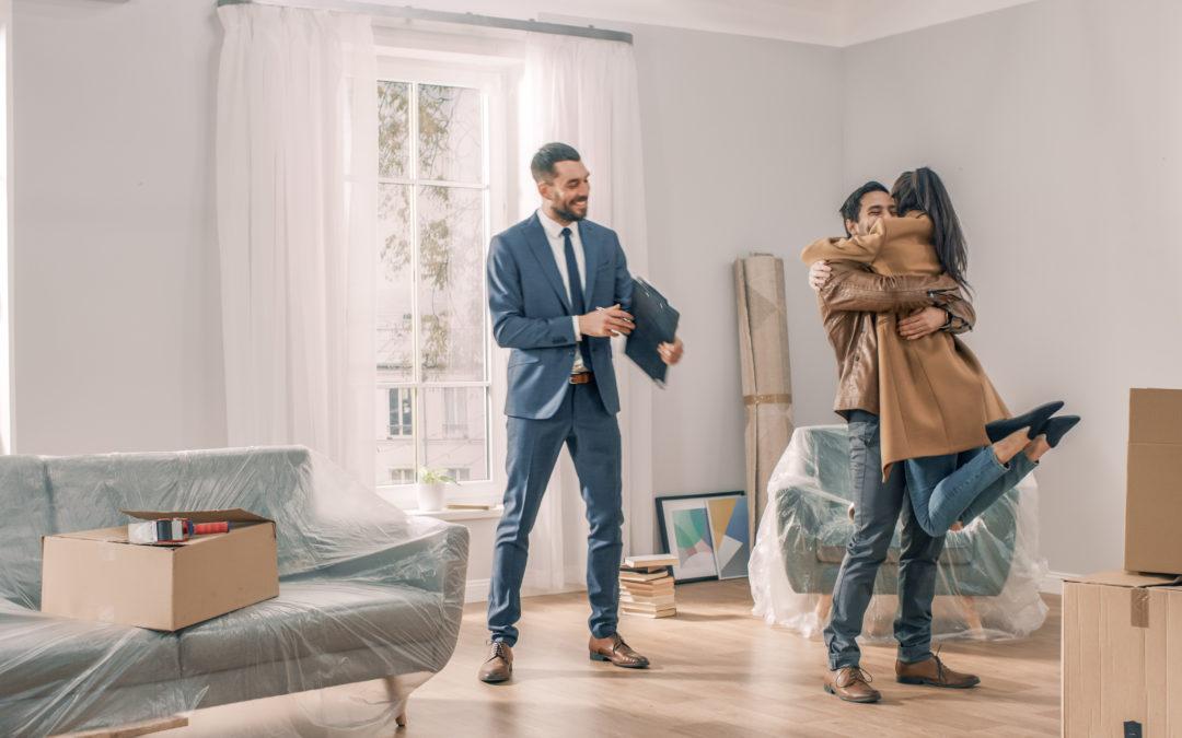 Couple qui achète un bien immobilier